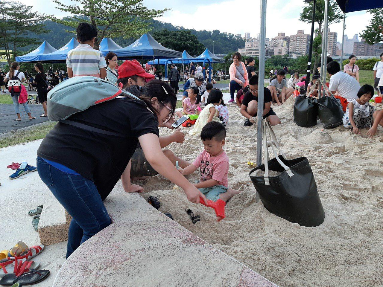 新店陽光運動公園新增向日葵造型沙坑,沙坑旁還設有遮陽棚及沙桌。圖/新北市高管處提...