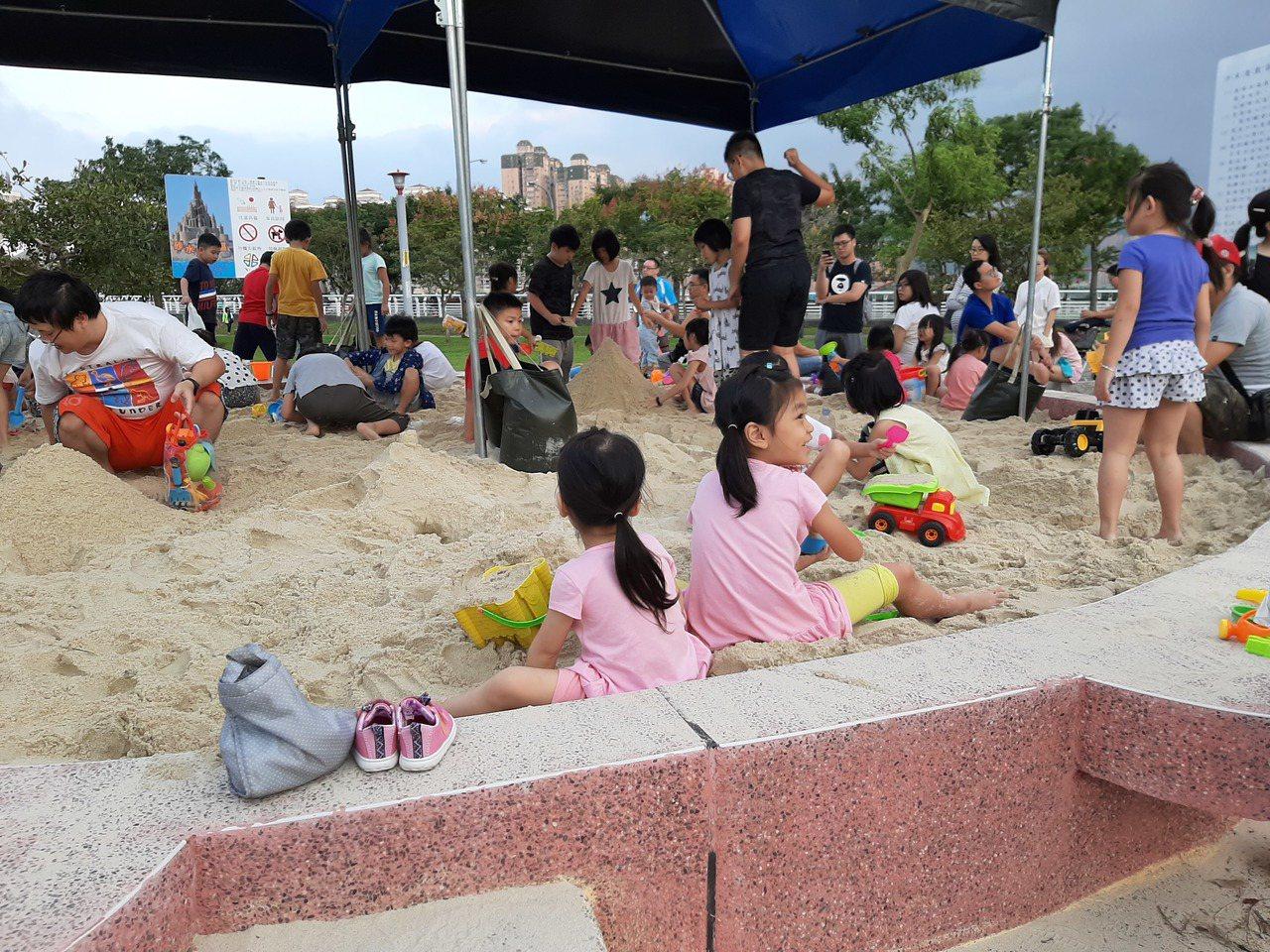 新店陽光運動公園新增向日葵造型沙坑,吸引不少親子同樂。圖/新北市高管處提供
