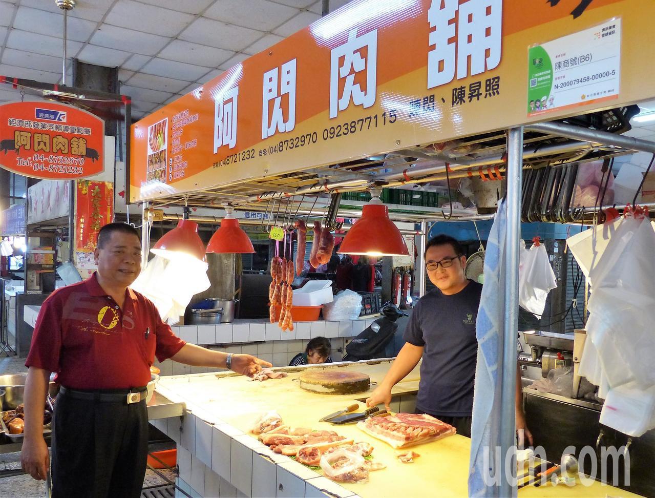 「阿閃肉鋪」老闆陳昇照(右)已經是第四代接班人,他有自信社頭攤商品質不輸大都市。...