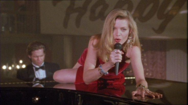 蜜雪兒菲佛在鋼琴上釋放性感風情、一邊演唱名曲,成為影史經典片段。圖/摘自imdb