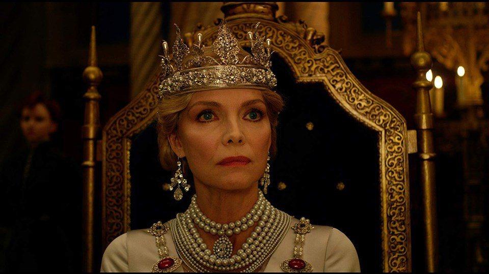 蜜雪兒菲佛在「黑魔女2」演活雍容華貴卻包藏禍心的皇后。圖/摘自imdb
