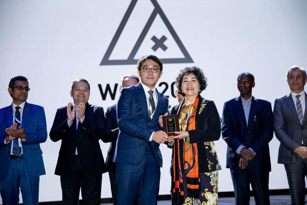 工研院以「眼底鏡創新健康照護服務」拿下「傑出醫療應用獎」,讓台灣智慧醫療研發能量...