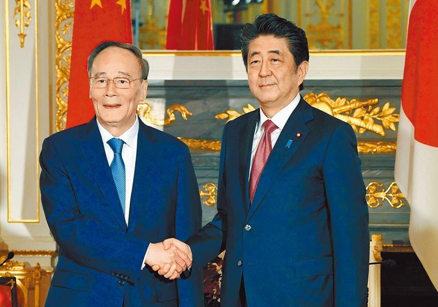 大陸國家副主席王岐山(左)23日上午與日本首相安倍晉三(右)在東京迎賓館會談。圖...