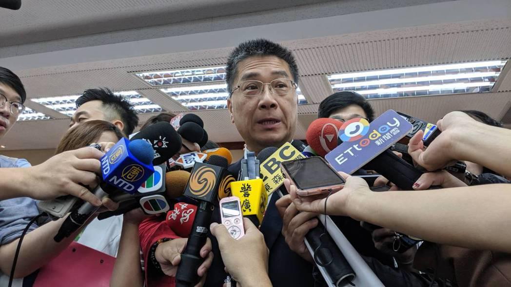 內政部長徐國勇稱政府對陳同佳投案一事立場前後一致,與記者口角。記者蔡佩芳/攝影