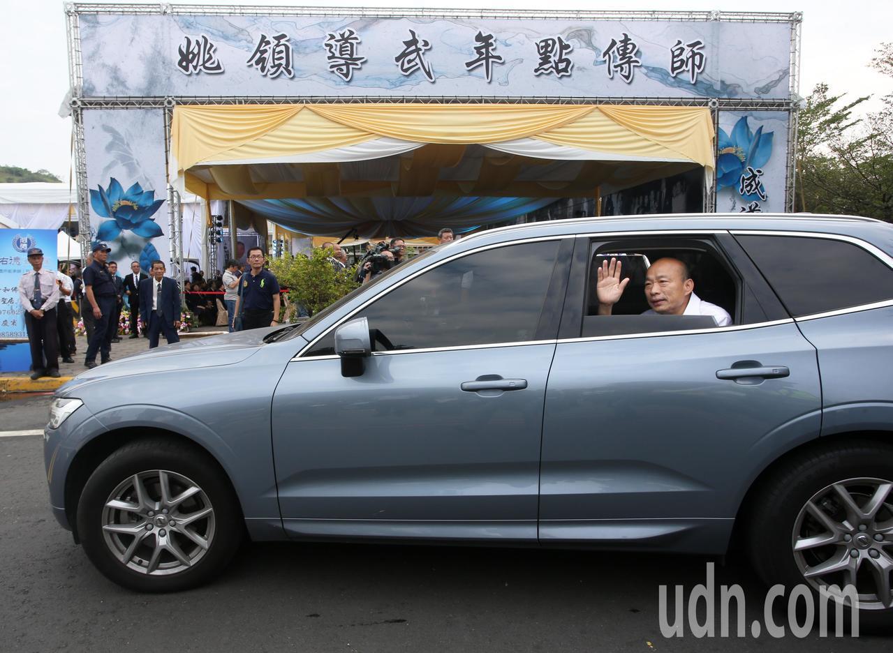 高雄市長韓國瑜在國民黨主席吳敦義離開後隨即上車離去,兩人在告別式會場並未多加互動...