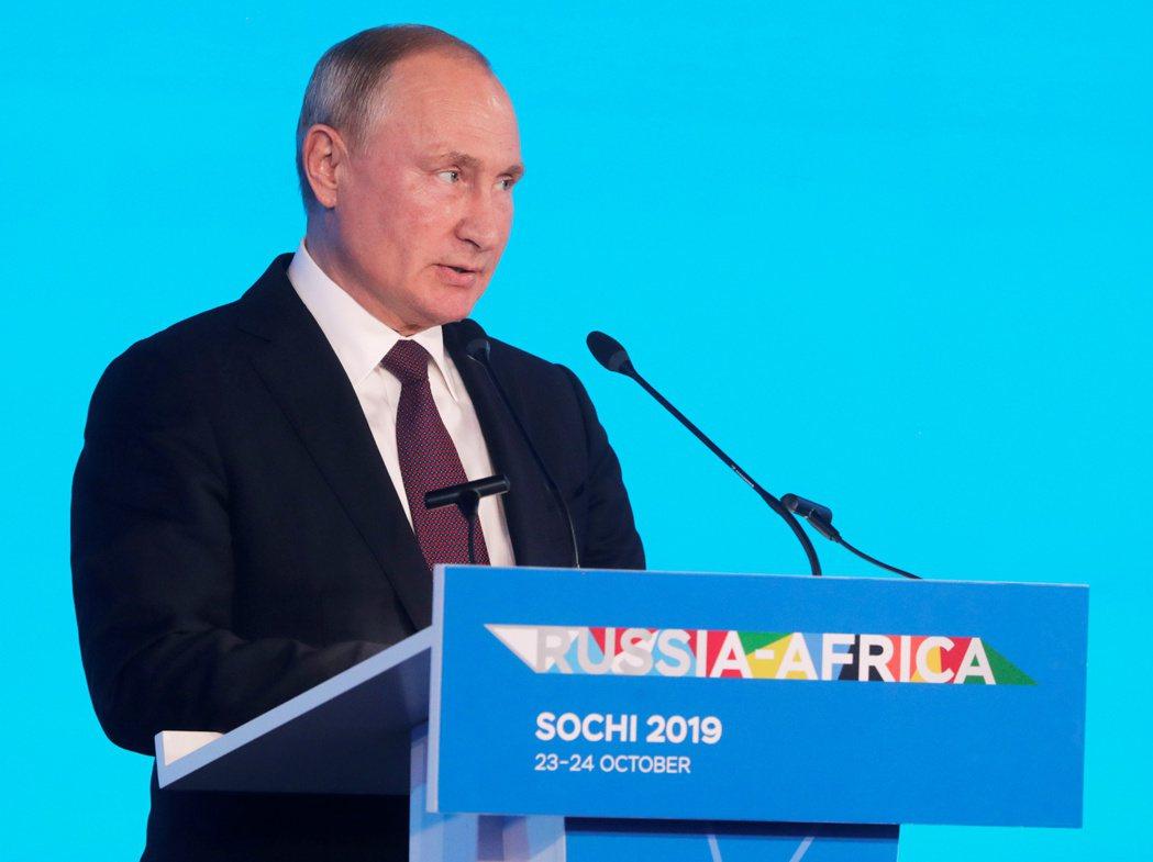 俄羅斯總統普亭23日參加歡迎俄非高峰會出席人員的接待會。路透