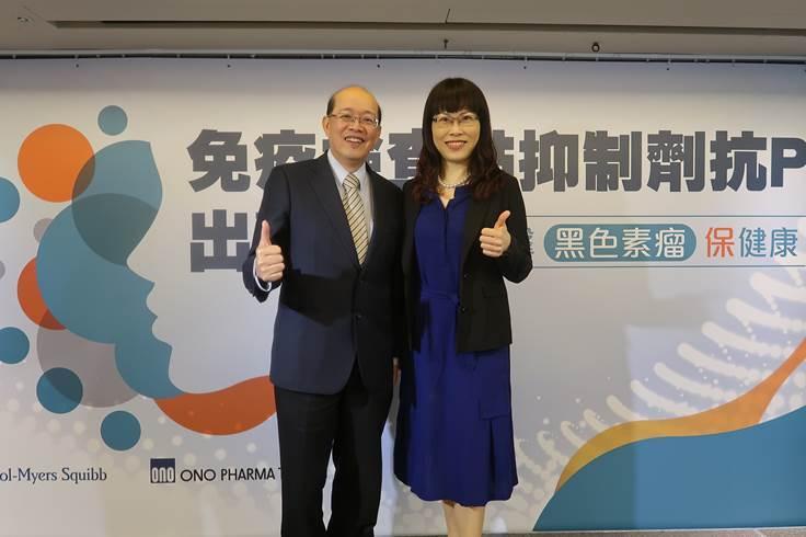醫師張文震(左)與廖怡華(右)強調晚期黑色素瘤患者,術後需積極搭配輔助治療,以降...