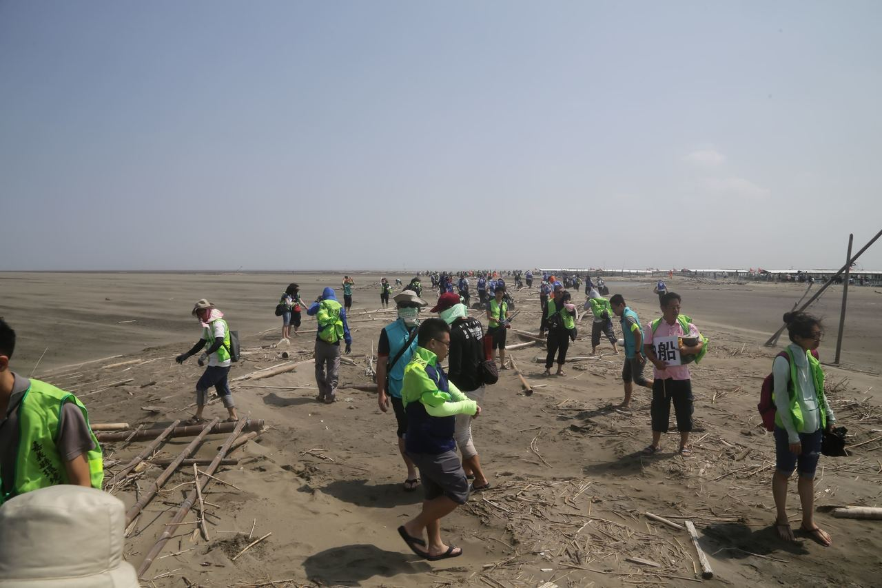 嘉義縣長翁章梁(左)9月底率隊搭漁船登外傘頂洲淨灘。圖/縣政府提供