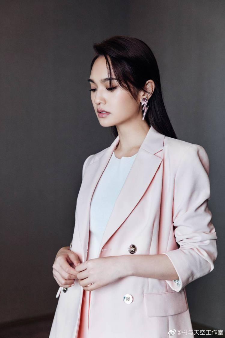 楊丞琳身穿sandro 2019春夏系列的粉色西裝套裝拍攝節目宣傳照,外套售價1...