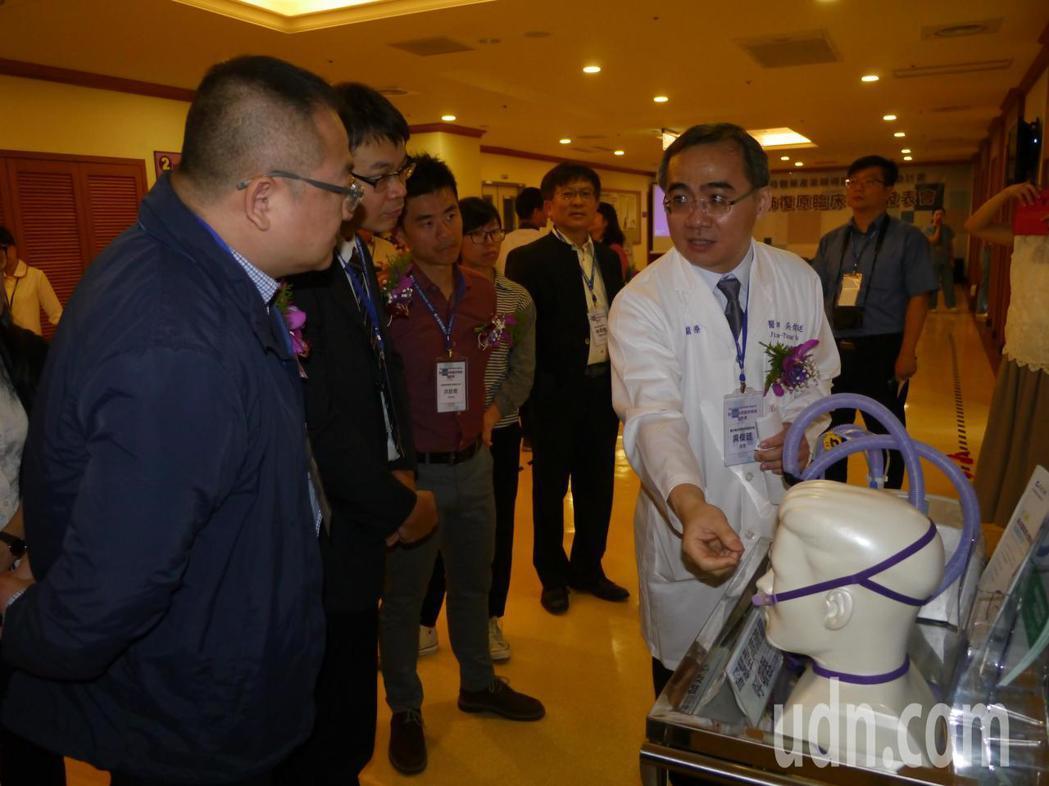 義大醫院胸腔內科主吳俊廷(右)簡介智慧型高流量呼吸器特色,儀器不只可以控制流速與...