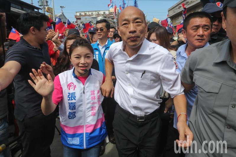 國民黨總統參選人韓國瑜(右)在立委參選人張嘉郡(左)的陪同下,離開順天宮到舞台致詞。記者黃仲裕/攝影