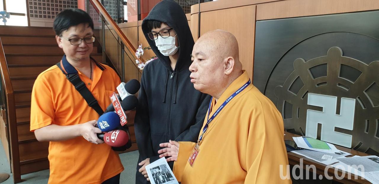 佛教本願山彌陀講堂住持釋信願今天強調自己清白,絕無騙大學生到台北看抗爭活動,聽經...