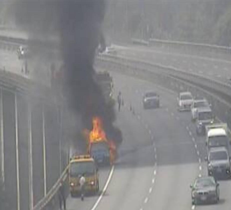 國道3號北向指標4.4公里基隆市七堵區瑪陵路段,今早發生停放在路肩的小貨車起火燃...