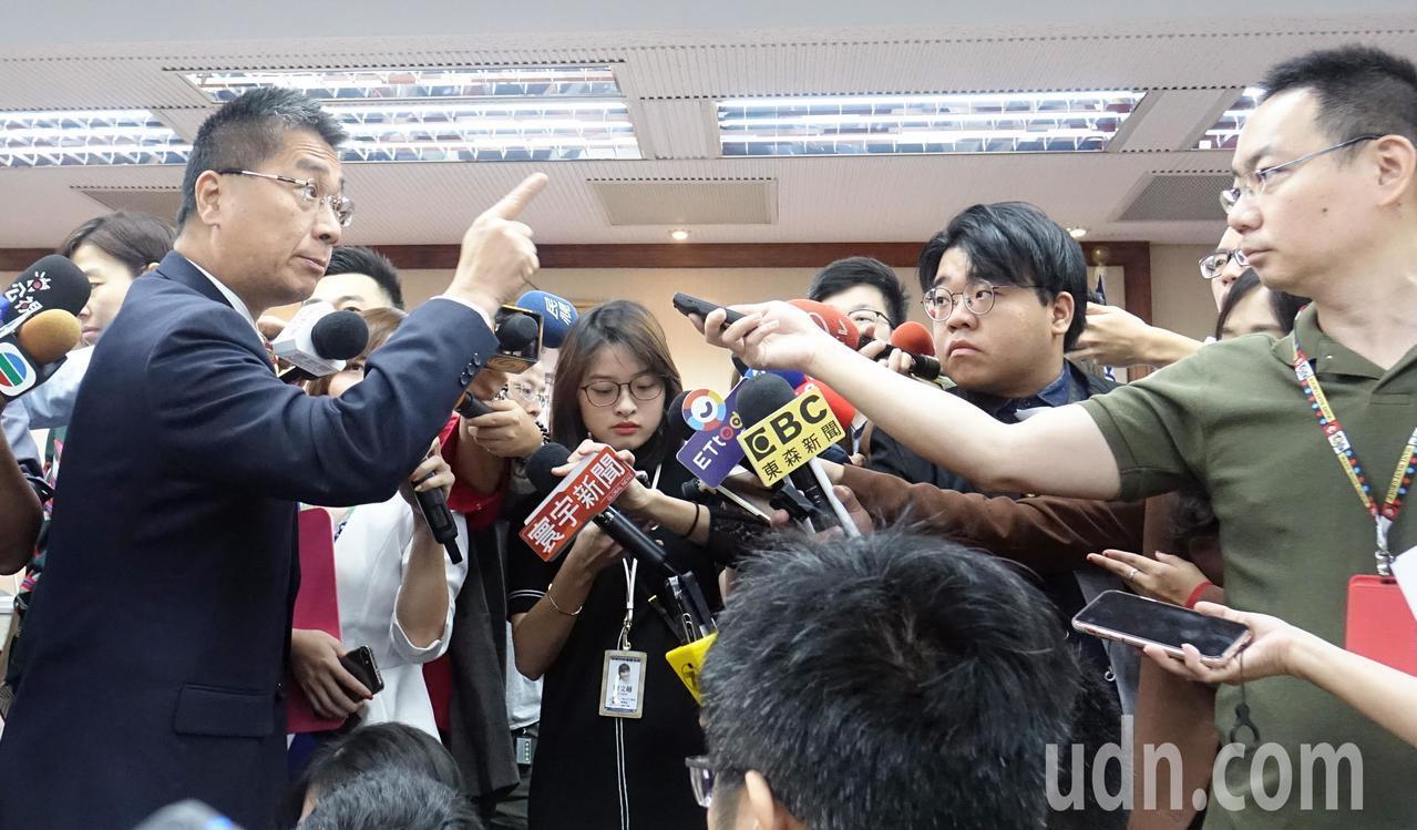 內政委員會今天邀請相關官員,就「目前我國與香港地區犯罪及追訴概況(陳同佳案)」進...