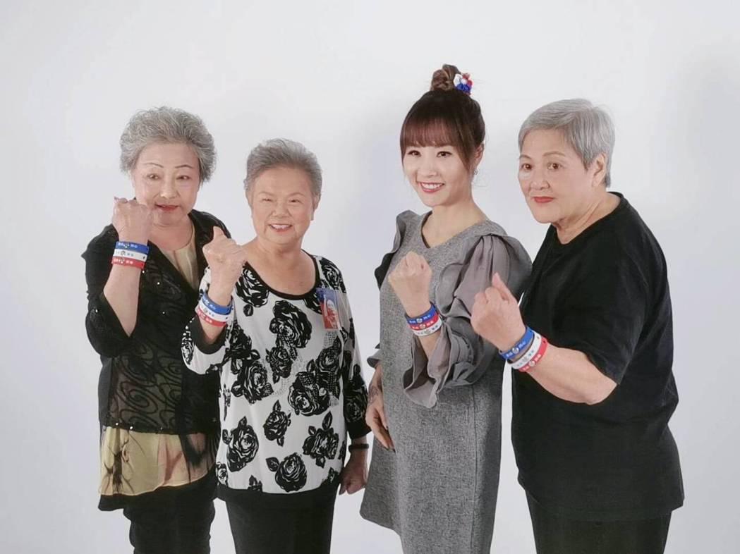 許聖梅(右二)和地方奶奶組成「庶民女F4」。圖/許聖梅提供