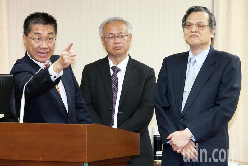陸委會主委陳明通(右)今天到立法院內政委員會進行專案報告並備詢。記者胡經周/攝影