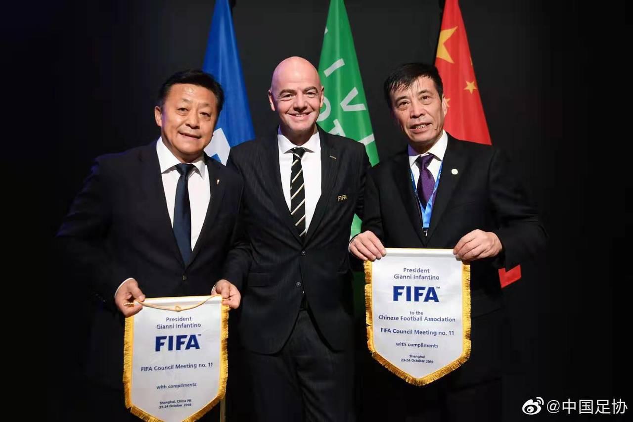 中國大陸足協副主席杜兆才(左)、國際足聯主席因凡蒂諾、中國大陸足協主席陳戌源(右...