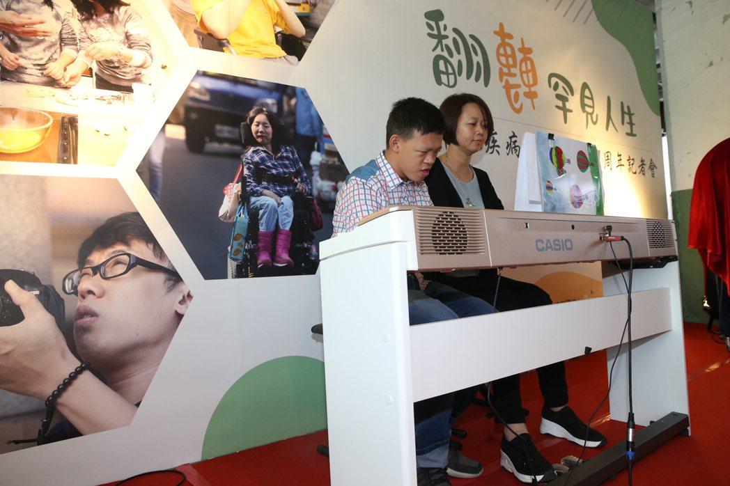 紀錄片主角之一威廉氏症彥廷(左)今天和媽媽「翻轉罕見人生」罕病基金會20周年記者...