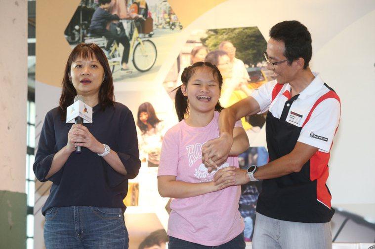 愛笑、在舞台上不斷對觀眾送飛吻的軒誼(中)也是紀錄片主角,軒誼的爸媽明白有更多病...