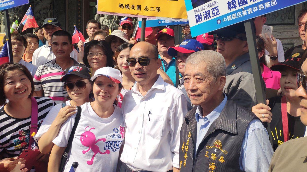 國民黨總統參選人韓國瑜(中)傾聽之旅今天來到雲林,稍早他到四湖鄉海清宮參拜,並與...