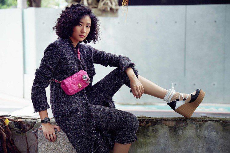 9m88以富運動感的斜紋軟呢褲裝搭配J12腕表。圖/香奈兒提供