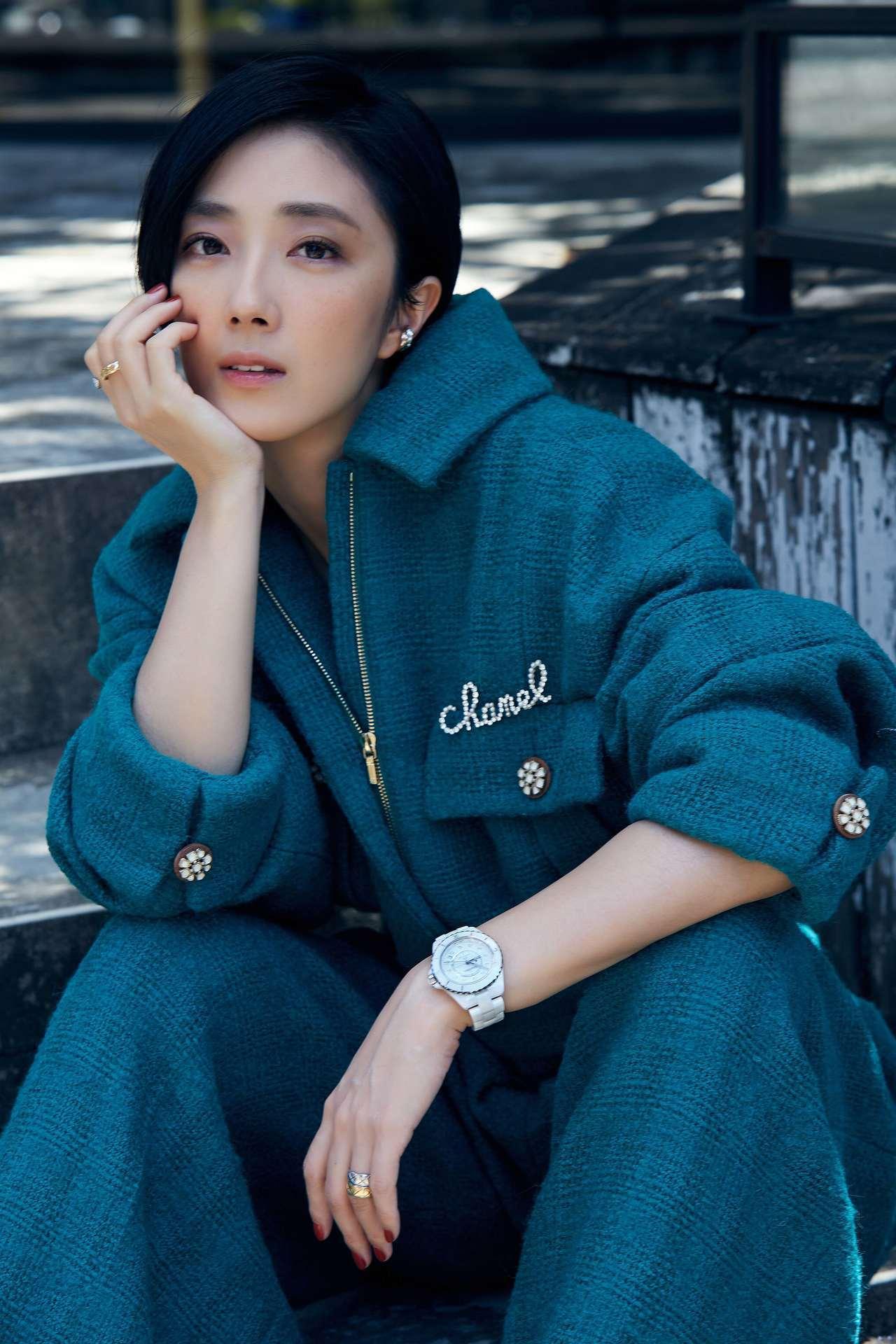 桂綸鎂穿香奈兒秋冬藍綠色褲裝配戴白色J12腕表。圖/香奈兒提供