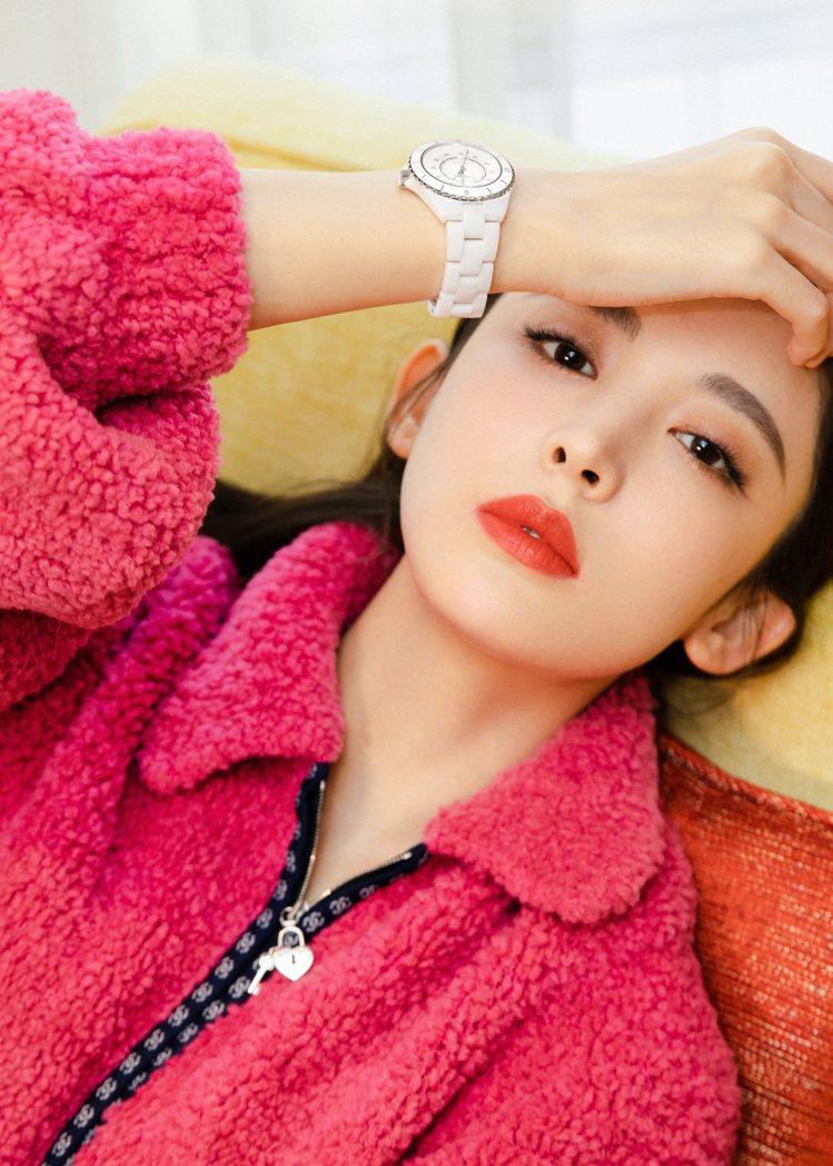 古力娜扎的白色J12腕表和桃紅色服裝是絕配。圖/香奈兒提供