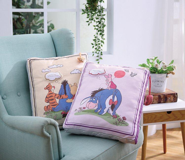 HOLA迪士尼系列維尼書本造型抱枕,原價899元、特價699元,共兩款。圖/HO...