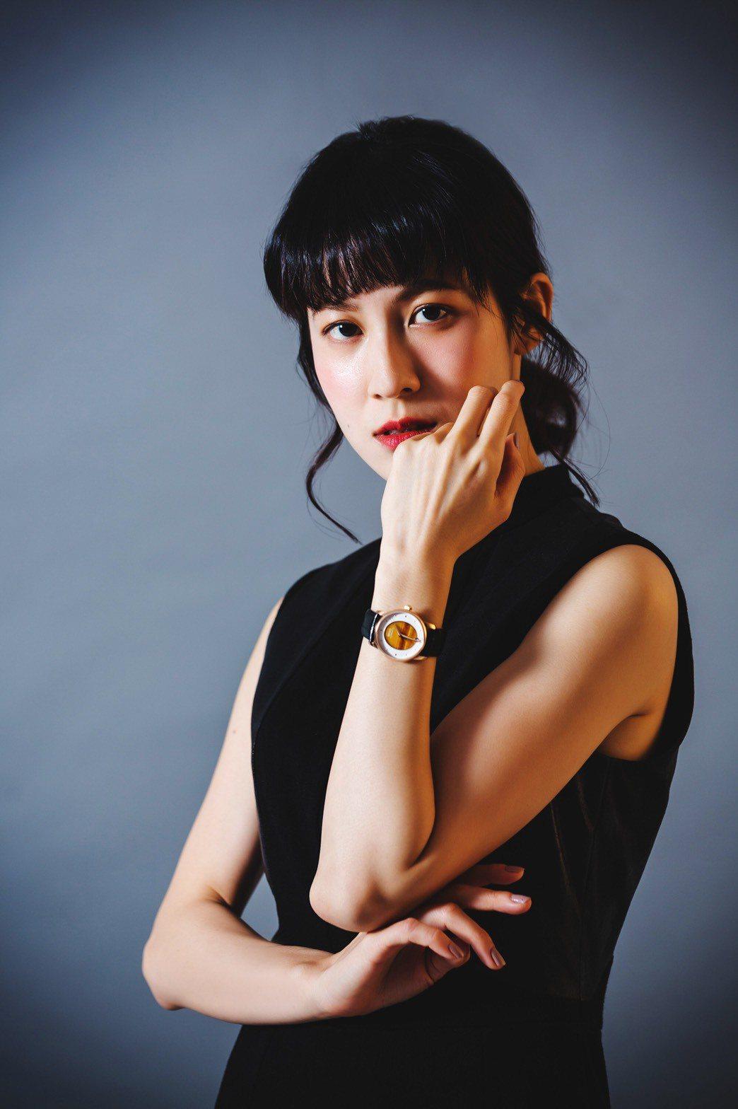 女星連俞涵演繹美度表彩石系列表款,虎眼石表盤搭配18K玫瑰金PVD表殼、皮革表帶...