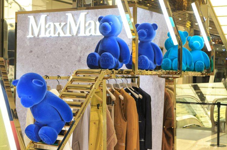 Max Mara微風信義「Bearing Gifts」快閃店,陳列以可愛的泰迪熊...