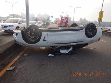 影/台中大里橋上翻車 幸轎車車主擦傷無礙