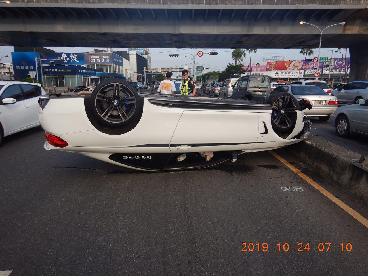 一輛轎車上午在台中市大里橋上撞上安全島翻車。圖/民眾提供