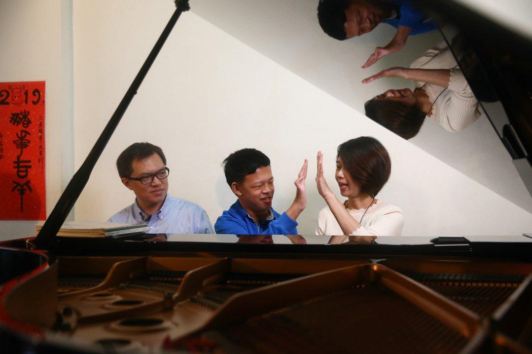 陳威霖(左)和施佳雯(右)夫妻倆用音樂陪伴罕病兒子陳彥廷長大,孩子竟有一天用唱歌...