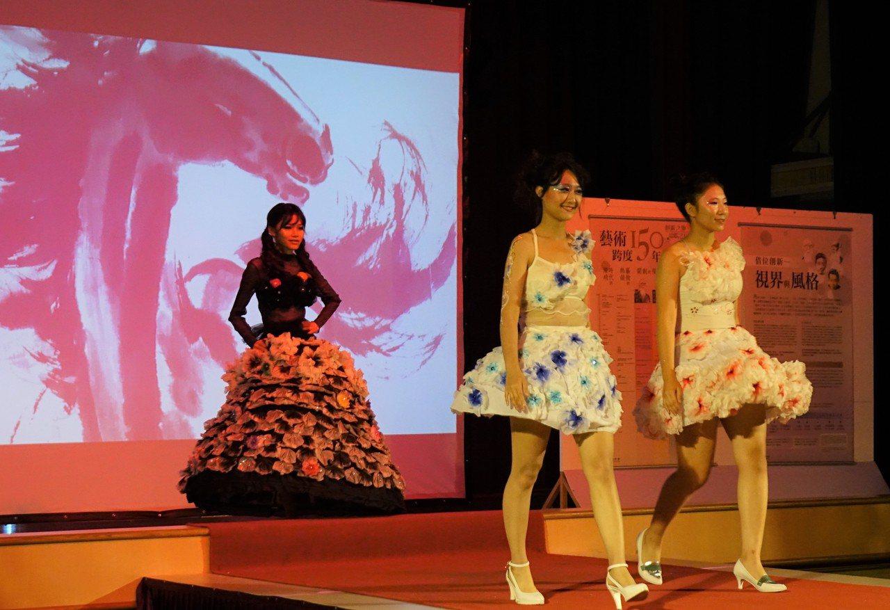 中山工商美容科學生走秀,多媒體搭配畫家徐悲鴻的馳駿圖。圖/中山工商提供