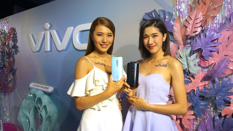vivo V17 Pro為全球首款前置升降式雙鏡頭手機,搭配後置四鏡頭,拍攝取景...
