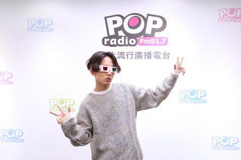 林宥嘉日前作客POP Radio「Fun Music」,與主持人DJ Emily分享新歌「少女」的創作過程,自爆比老婆Kiki丁文琪還少女,讚老婆有點子、又有邏輯,自己則比較感性,他說:「她是真的少...