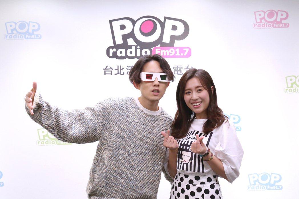 林宥嘉上「Fun Music」節目宣傳新歌,右為DJ Emily。圖/POP R...