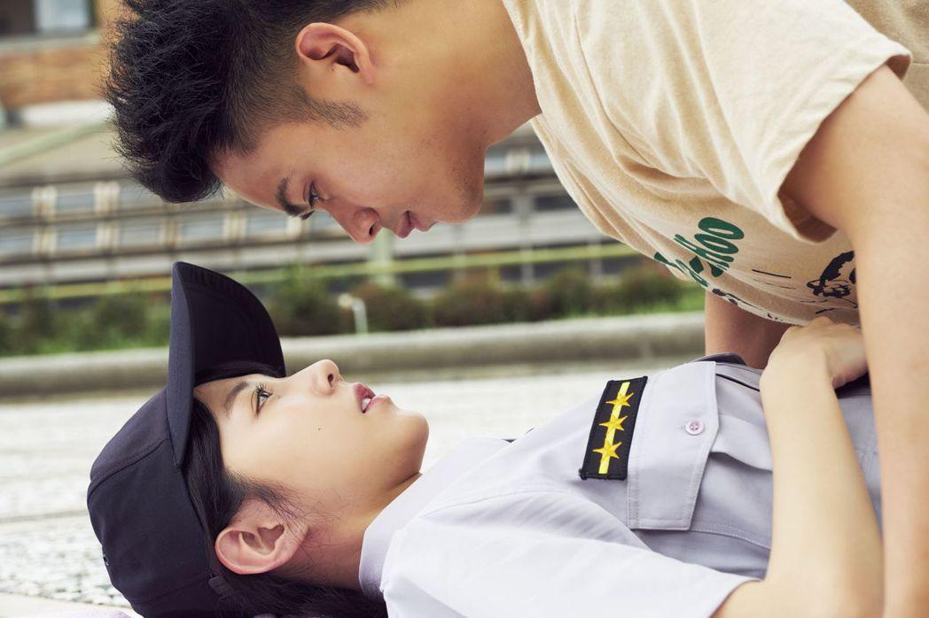 李淳與邵雨薇在「陪你很久很久」對手戲畫面看似浪漫卻常有意外笑料。圖/威視提供