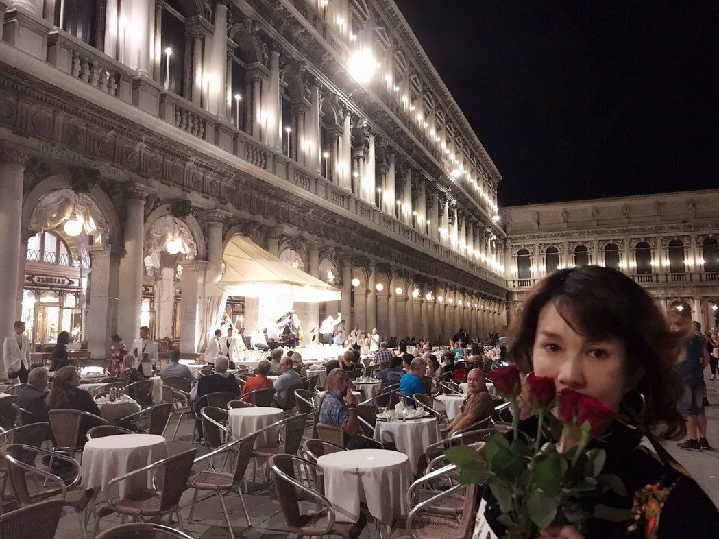 周丹薇到聖馬可廣場吃晚餐,買給自己的玫瑰花。圖/周丹薇提供