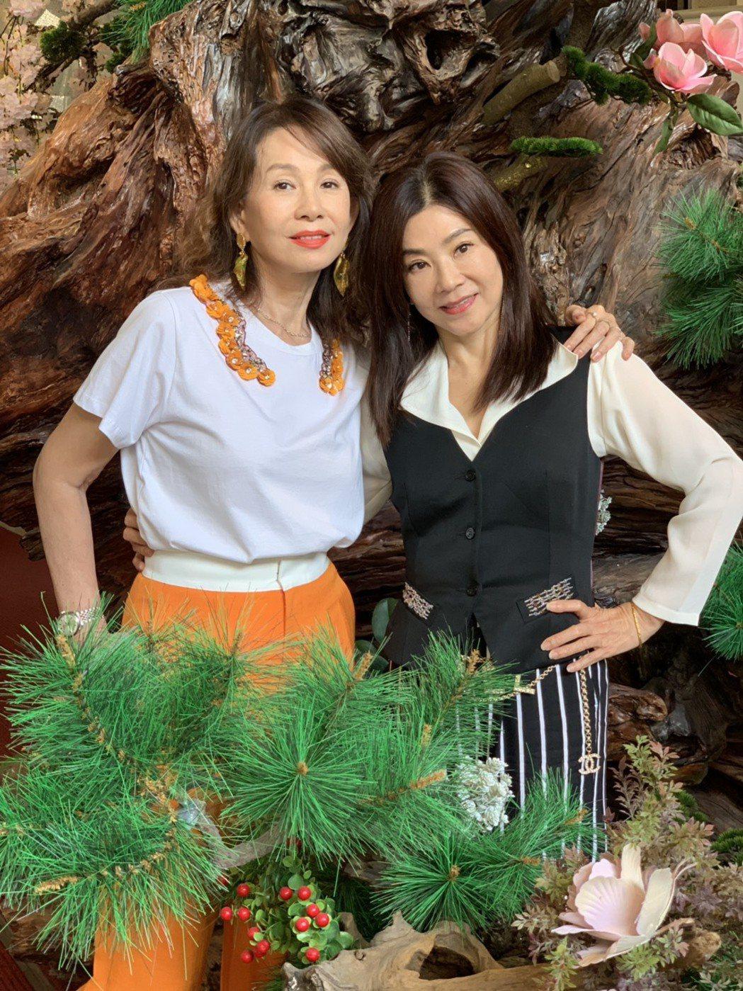 周丹薇(左)、蔣黎麗交情深厚,姐妹久未碰面約聚會。記者陳慧貞/攝影