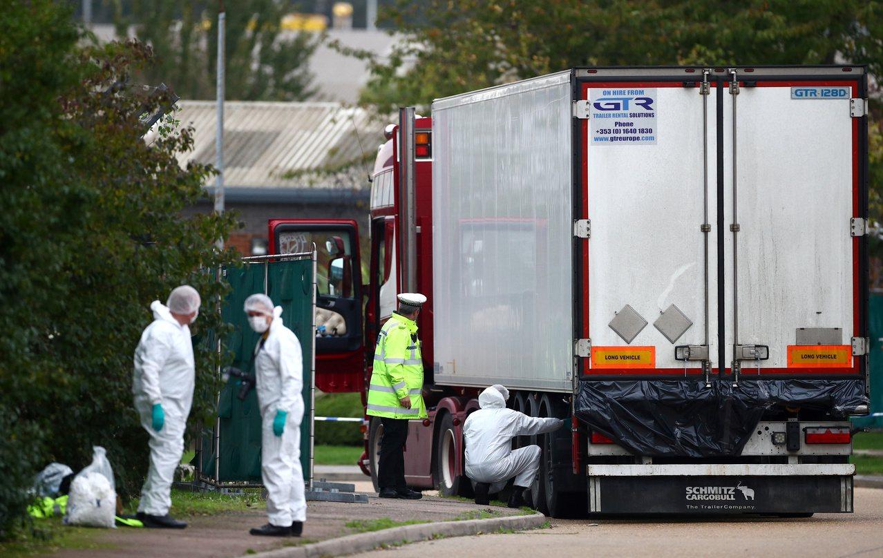 震驚英國的冷凍貨櫃39人死亡案今天被證實死者全部為中國籍,中國駐英大使劉曉明的推...