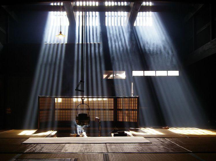 位於妻籠宿的脇本陣奧谷,冬天時可以看見陽光透過窗戶直射而下的光影美景。圖/業者提...