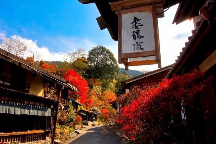 秋季的妻籠宿,可見到古屋與楓紅交錯的人文景緻。圖/業者提供