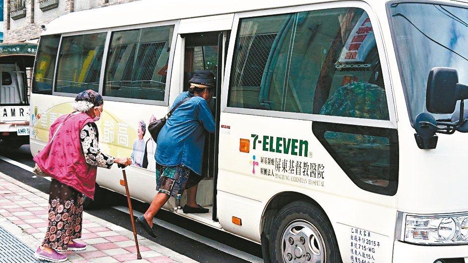 巡迴原鄉部落的醫療專車。 記者翁禎霞/攝影 圖/屏東基督教醫院提供