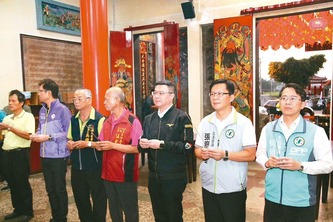 民進黨主席卓榮泰(右三)昨到台中,為尋求連任的張廖萬堅(右二)加持,他也提醒台中...