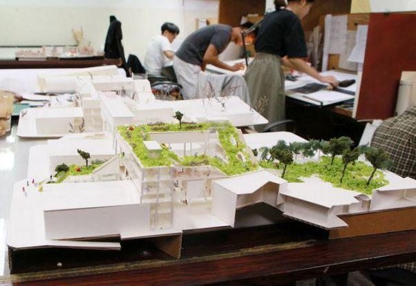 成大建築系禁止學生用保麗龍製作模型,改以其他替代材料如瓦楞紙、木板等環保素材。 ...
