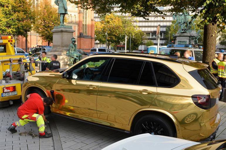 黃金BMW X5 M被扣車原因是 : 太Bling Bling閃亮亮了!