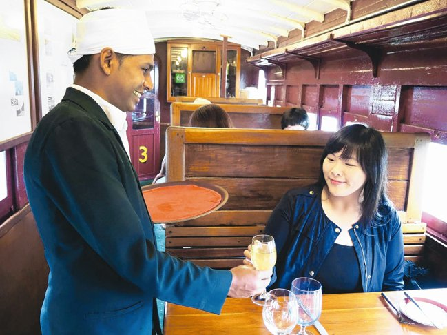飯店旁的鐵道餐廳,可在復古車廂內用餐。 圖/羅建怡