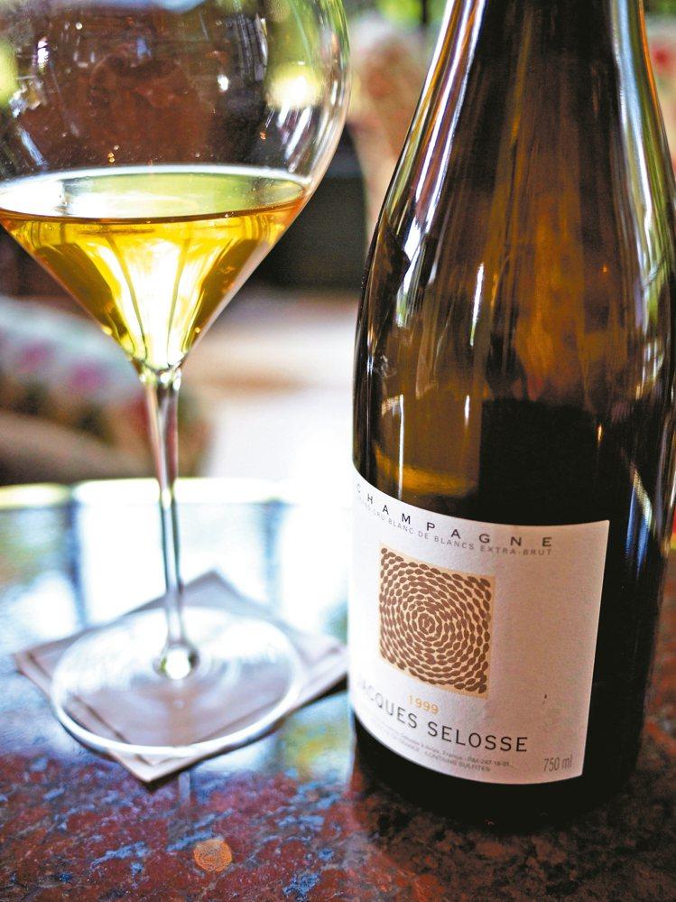 大一點的白酒杯與攝氏10至12度的溫度品飲,讓老香檳筋骨得以舒展。圖/聶汎勳 ...