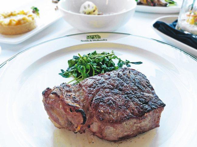 菜單可吃到Smith&Wollensky Taipei招牌的28天乾式熟成牛排。...